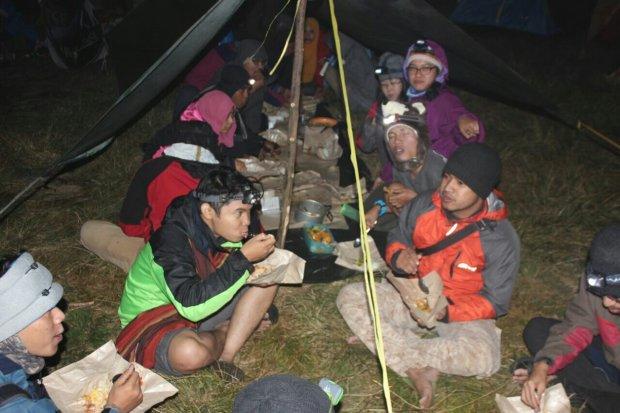 Makan malam di gunung prau